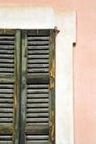 Sonniger Tageshölzerne Jalousien Fenstervareses in Stockfotos
