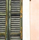 Sonniger Tageshölzerne Jalousien Fenstervareses in Stockbilder