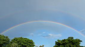 Sonniger Tageshimmel, heller Tag, Regenbogen Lizenzfreies Stockfoto