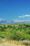 Sonniger Tageslandschaft des kroatischen grünen Feldes, der Berge und des blauen Himmels Lizenzfreies Stockbild