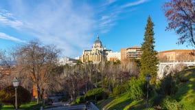 Sonniger Tagesparkblick Madrids auf Zeitspanne almudena Kathedrale 4k Spanien stock video