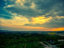 Sonniger Tagesregenvon der luftwolken stockfotos