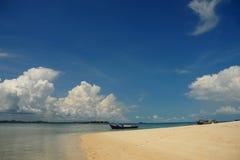 Sonniger tropischer Strand Stockfotos