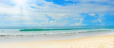 Sonniger tropischer Strand auf der Insel stockbilder