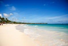 Sonniger tropischer Strand in den Karibischen Meeren stockfoto