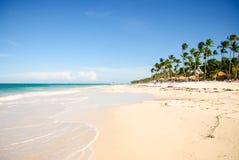 Sonniger tropischer Strand in den Karibischen Meeren lizenzfreies stockfoto