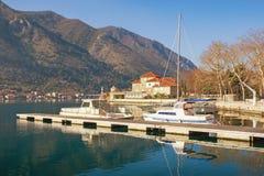 Sonniger Winter in Montenegro Bucht von Kotor, Dobrota-Stadt Lizenzfreie Stockfotografie