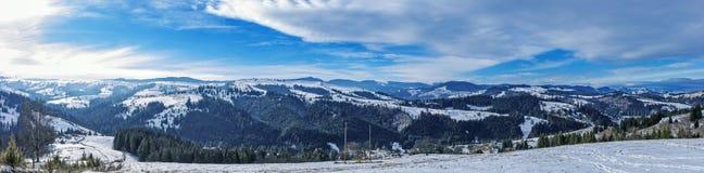 Sonniger Wintertag in den Karpatenbergen Lizenzfreies Stockfoto