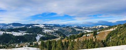 Sonniger Wintertag in den Karpatenbergen Lizenzfreie Stockbilder