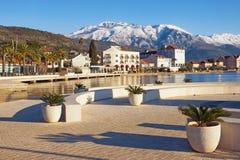 Sonniger Wintertag Montenegro, Ansicht des Dammes von Tivat-Stadt und der schneebedeckten Spitzen von Lovcen-Bergen stockfotos