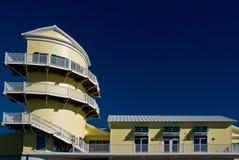 Sonniges Gebäude mit Kontrolltürmen auf blauem Himmel Stockfotos