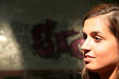Sonniges Gesicht in einer dunklen Einstellung Stockfoto