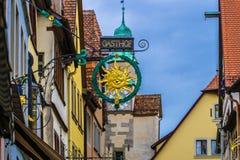 Sonniges Gesichtshotel unterzeichnen herein die bunte und mittelalterliche Stadt von Rothenburg, Deutschland Lizenzfreies Stockfoto