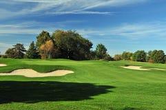Sonniges Golf-Grün Stockfoto