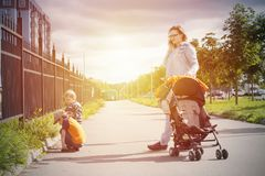 Sonniges Herbstfamiliengehen im Freien lizenzfreie stockbilder
