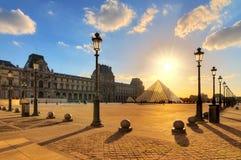 Sonniges Laternen Louvre lizenzfreie stockfotos