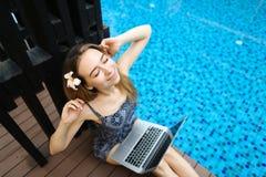 Sonniges Porträt der Frau dehnt Hände und Laptoptastatur achtern aus Lizenzfreie Stockfotografie