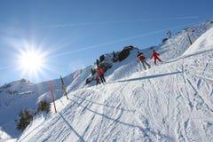 Sonniges Skifahren in den Alpen Lizenzfreies Stockfoto