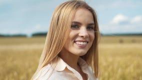 Sonniges Sommerporträt einer schönen lächelnden jungen Frau stock video
