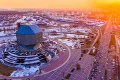 Sonniges Stadtbild Minsks Nationalbibliothek im Vordergrund Zeitgenössische Architektur lizenzfreies stockfoto