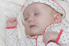 Sonno appena nato della neonata Fotografie Stock Libere da Diritti