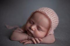 Sonno appena nato della neonata fotografia stock libera da diritti