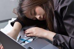 Sonno asiatico della donna di affari Immagine Stock Libera da Diritti