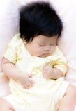 Sonno asiatico della neonata immagini stock libere da diritti