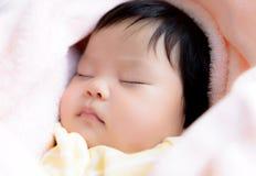 Sonno asiatico della neonata Immagini Stock