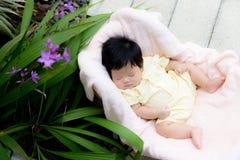 Sonno asiatico della neonata nel giardino immagini stock libere da diritti