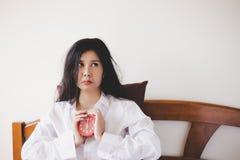 Sonno asiatico grazioso del can't della ragazza alla notte fino al primo mattino La donna splendida dell'Asia ottiene infelice  fotografie stock