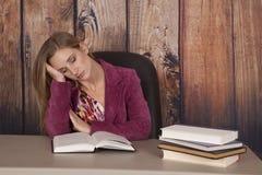 Sonno dei libri di ufficio del rivestimento della donna fotografia stock
