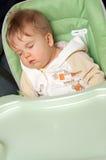 Sonno del bambino sulla presidenza di alimentazione Fotografie Stock Libere da Diritti