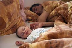 Sonno del figlio e del padre Immagini Stock