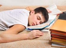 Sonno dell'adolescente con i libri Fotografia Stock Libera da Diritti