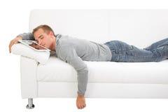 Sonno dell'uomo con il PC della compressa Fotografie Stock Libere da Diritti