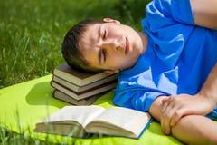 Sonno dell'uomo con un libro fotografia stock libera da diritti