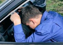 Sonno dell'uomo in un'automobile Fotografia Stock
