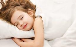 Sonno della bambina nel primo piano del letto Immagine Stock Libera da Diritti