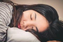 Sonno della donna abbastanza giovane Fotografia Stock