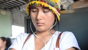 Sonno della donna del viaggiatore sul treno ferroviario stock footage