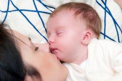 Sonno della neonata e della madre Immagine Stock