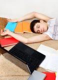 Sonno dello studente con libri Fotografie Stock