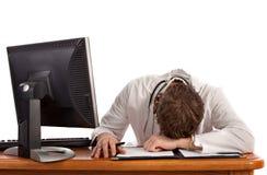 Sonno dello studente di medicina davanti al calcolatore Fotografia Stock Libera da Diritti