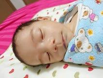Sonno di un mese del bambino Fotografia Stock Libera da Diritti