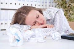 Sonno faticoso della giovane donna Fotografie Stock Libere da Diritti