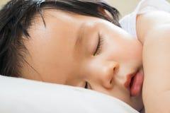 Sonno felice della neonata sul letto Fotografia Stock