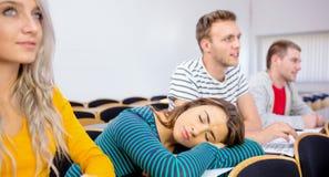Sonno femminile nell'aula dell'istituto universitario Fotografia Stock Libera da Diritti