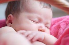 Sonno neonato Primo piano infantile della neonata che si trova sulla merce nel carrello generale rosa Ritratto sveglio del bambin Immagine Stock Libera da Diritti