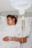Sonno paziente della donna nel letto di ospedale Fotografia Stock Libera da Diritti